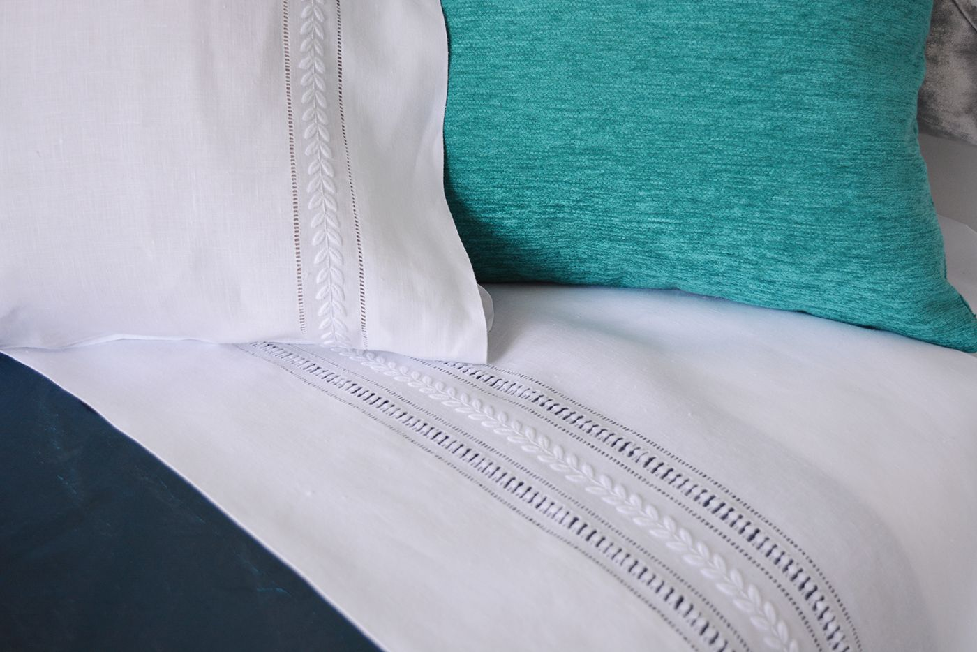 hand embroidered set of sheets with pillows lenis bordado