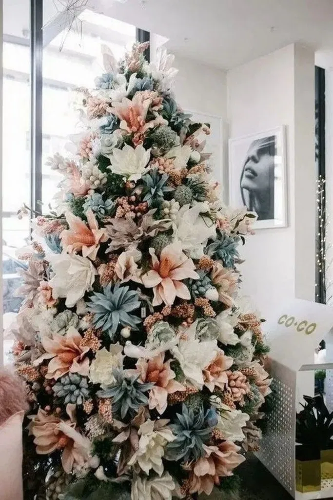 26 Best Christmas Tree Ideas That Ll Really Make A Statement This Holiday Christmastree Floral Christmas Tree Gold Christmas Decorations Cool Christmas Trees