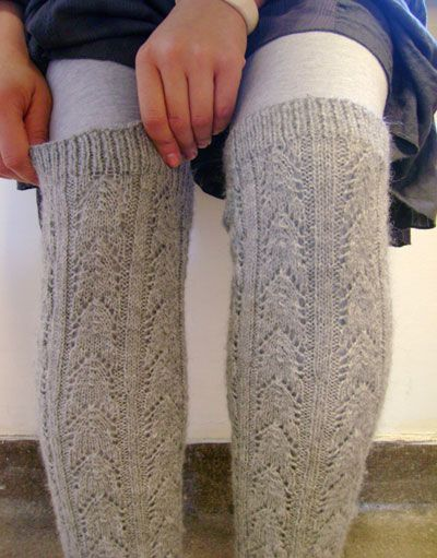 free pattern for these awesome leg warmers (too bad I don\'t know how ...