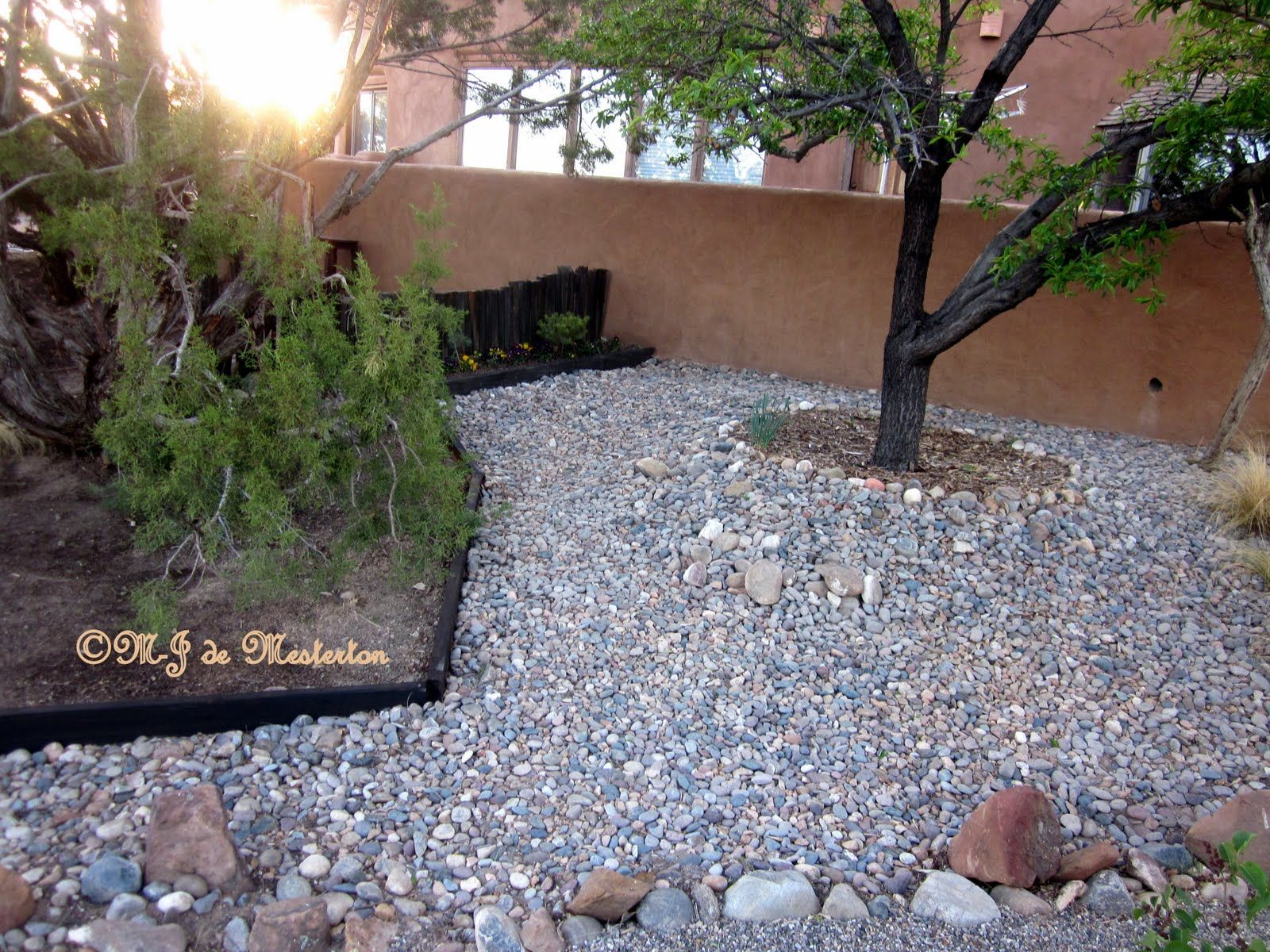 Landscaping gardening ideas gravel and grass for Rock landscaping ideas