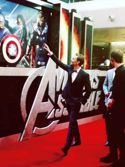 Avengers premiere with a very excited Loki/Tom Hiddleston! *squeeeee* <3