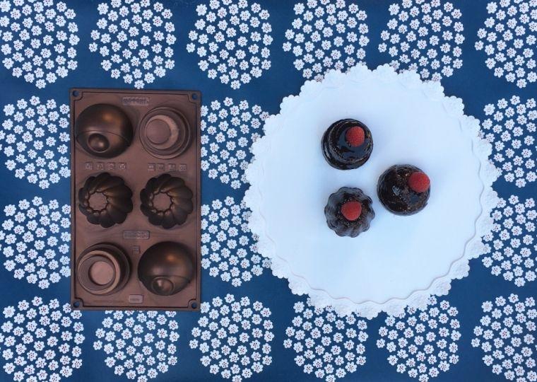 Piccoli Bundt al cioccolato coperti di glassa al sapore di rum. Il tocco finale?