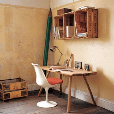 Escritorio con silla tulip y estanter as hechas con cajas for Muebles con cajas de madera recicladas
