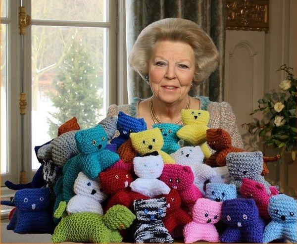 Koningin Beatrix met heel veel knuffels259464d3332d81136e3a381d5860ab88.jpg 600×493 pixels