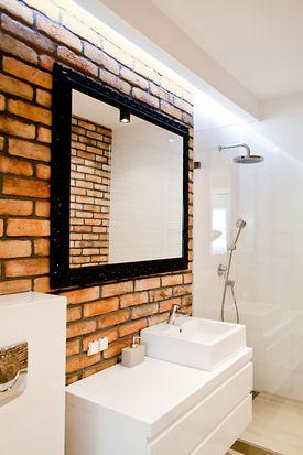Ceglana ściana W łazience łazienka W 2019 łazienka
