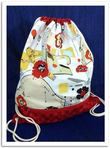 Cool bag! I like the pocket and the details. Tutorial included!