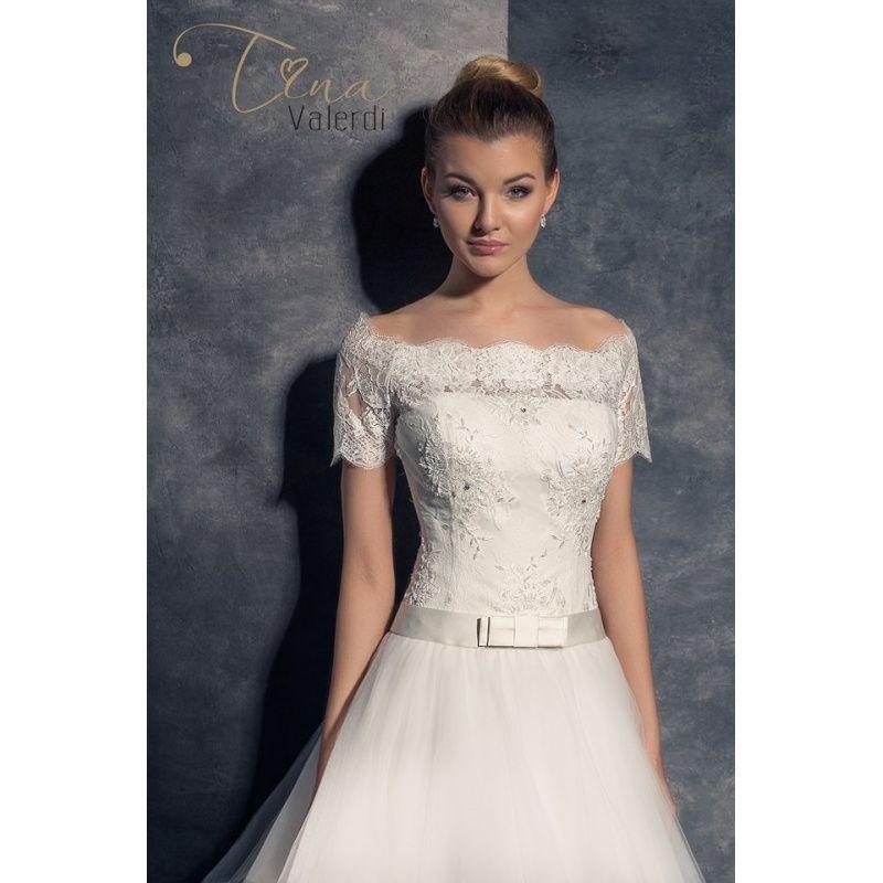 Prekrásne svadobné šaty s veľkou sukňou s čipkovým korzetom s krátkymi rukávmi
