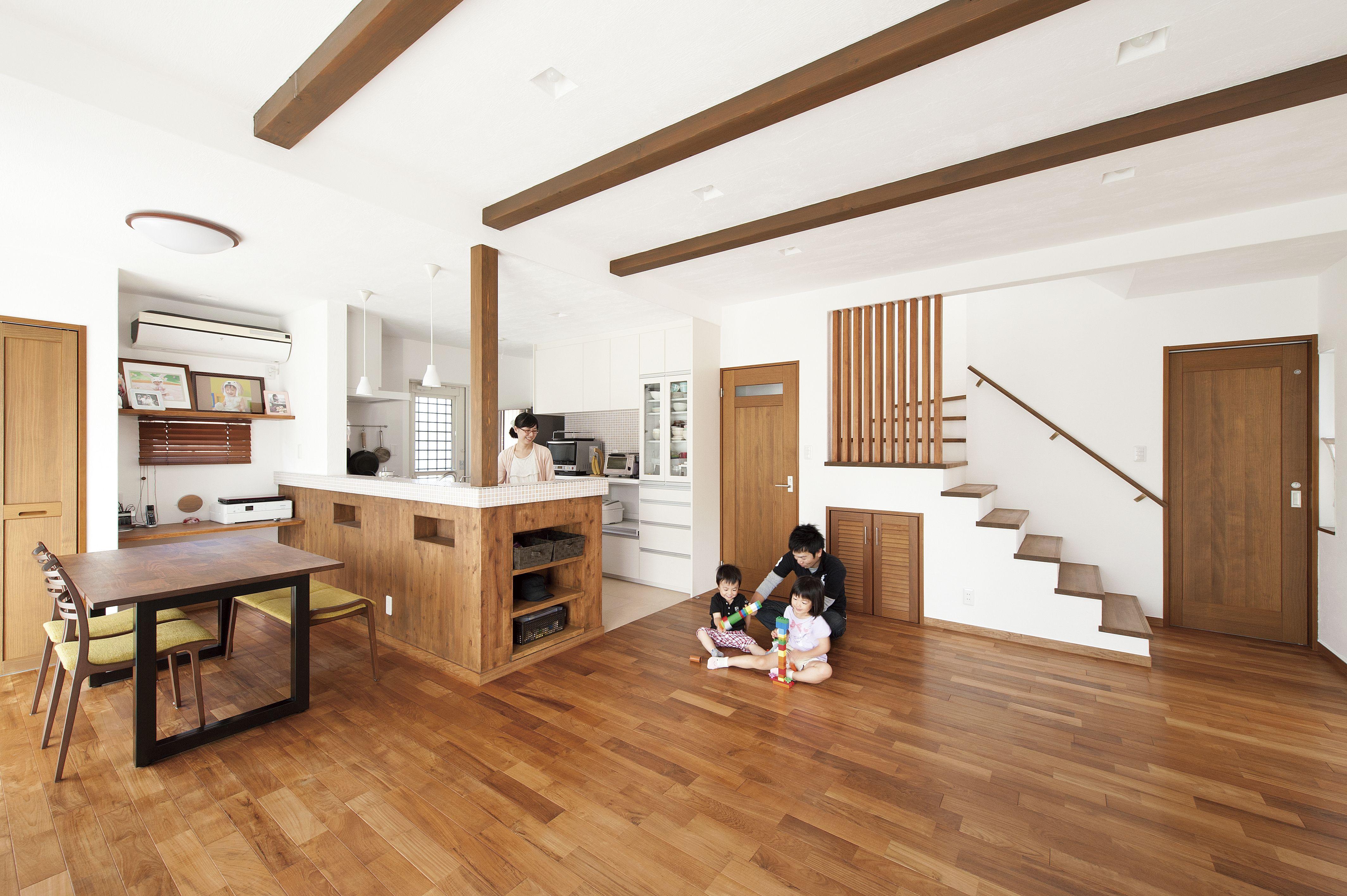 ケース55板張りとウッドデッキがアクセントのキュービックでモダンな外観の家 インテリア 家具 リビング 柱 家