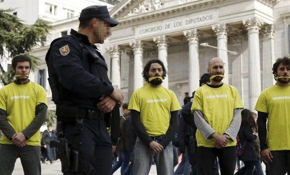 """El New York Times tilda de """"franquista"""" la 'Ley Mordaza' del Gobierno de Rajoy  Leer más:  El New York Times tilda de """"franquista"""" la 'Ley Mordaza' del Gobierno de Rajoy - EcoDiario.es"""
