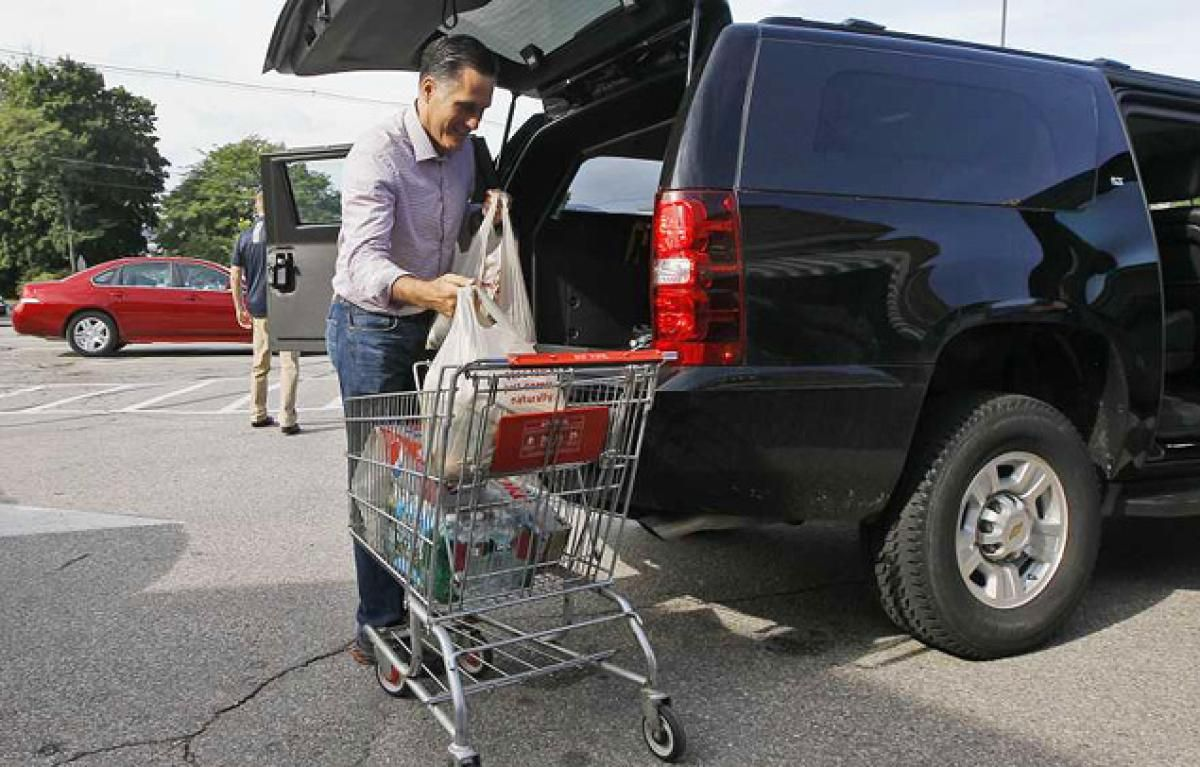 Mitt romney hits the grocery store as campaign continues to raise