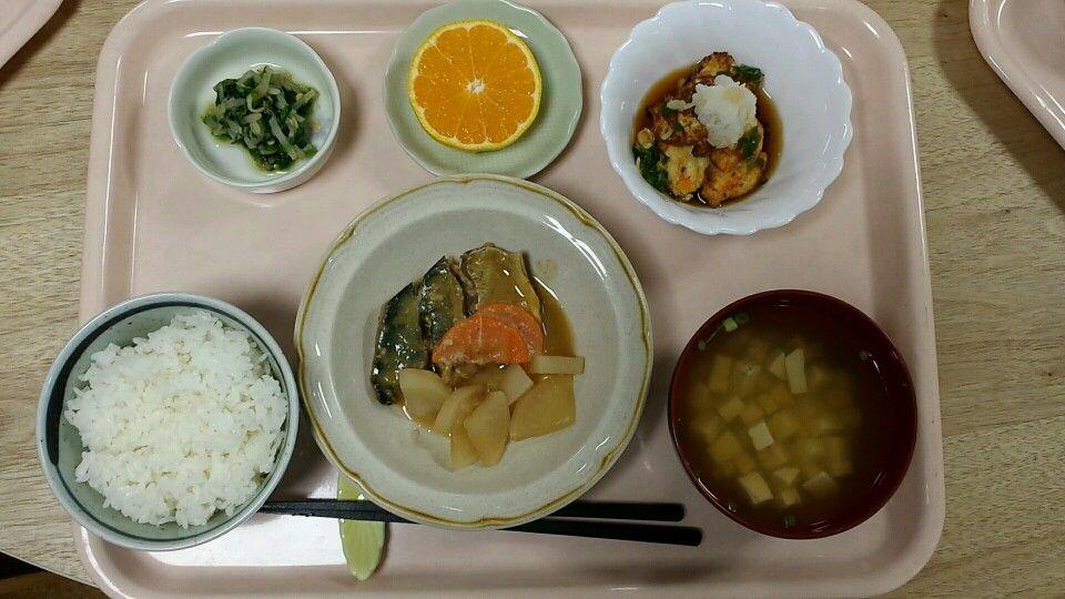 10月20日。さばの味噌煮、ひりょうず、小松菜ともやしのピリ辛和え、えのきのすまし汁、みかんでした!さばの味噌煮が特に美味しかったです!587カロリーです