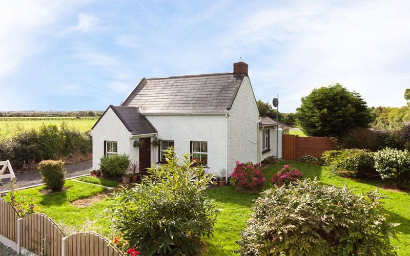 Adorable Rose Cottage For Sale In Ireland Irishcentral Com Irish Cottage Decor Rose Cottage Irish Cottage Style Decor