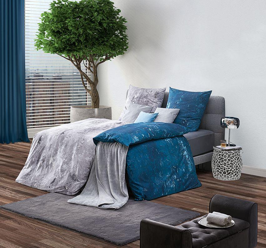 Schlafzimmer mit Bettwäsche in modernem BlauGrau Haus