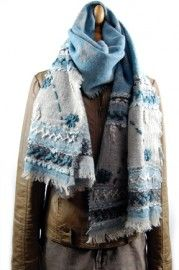 Prachtige wollen wintershawl in de kleuren grijs en blauw in alle toonaarden. Deze shawl zal het zomer- en/of wintertype mooi staan.   Prijs: $59,95 (prijs in euro).
