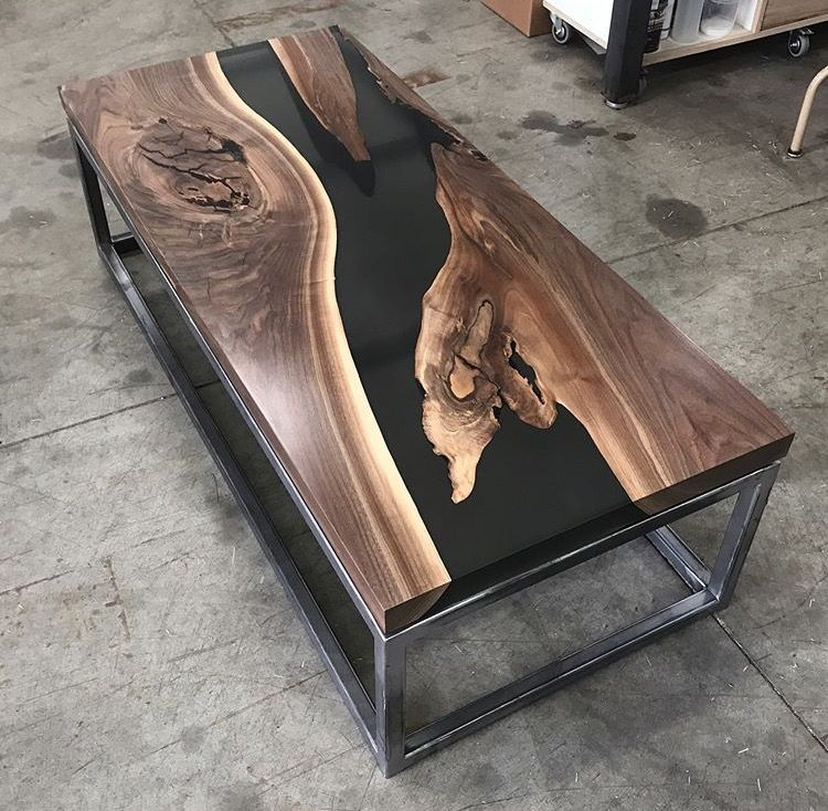 Table Plot Tranche Avec Ecorce De Noyer Et Resine Resin And Walnut Table Top Table De Resine Bricolage Table Basse Mobilier De Salon
