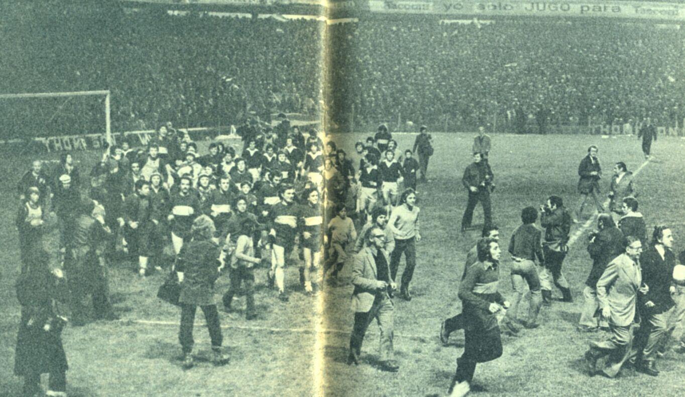 Boca Juniors - 1976 - La vuelta Olímpica en la Bombonera con Lorenzo y Armando adelante