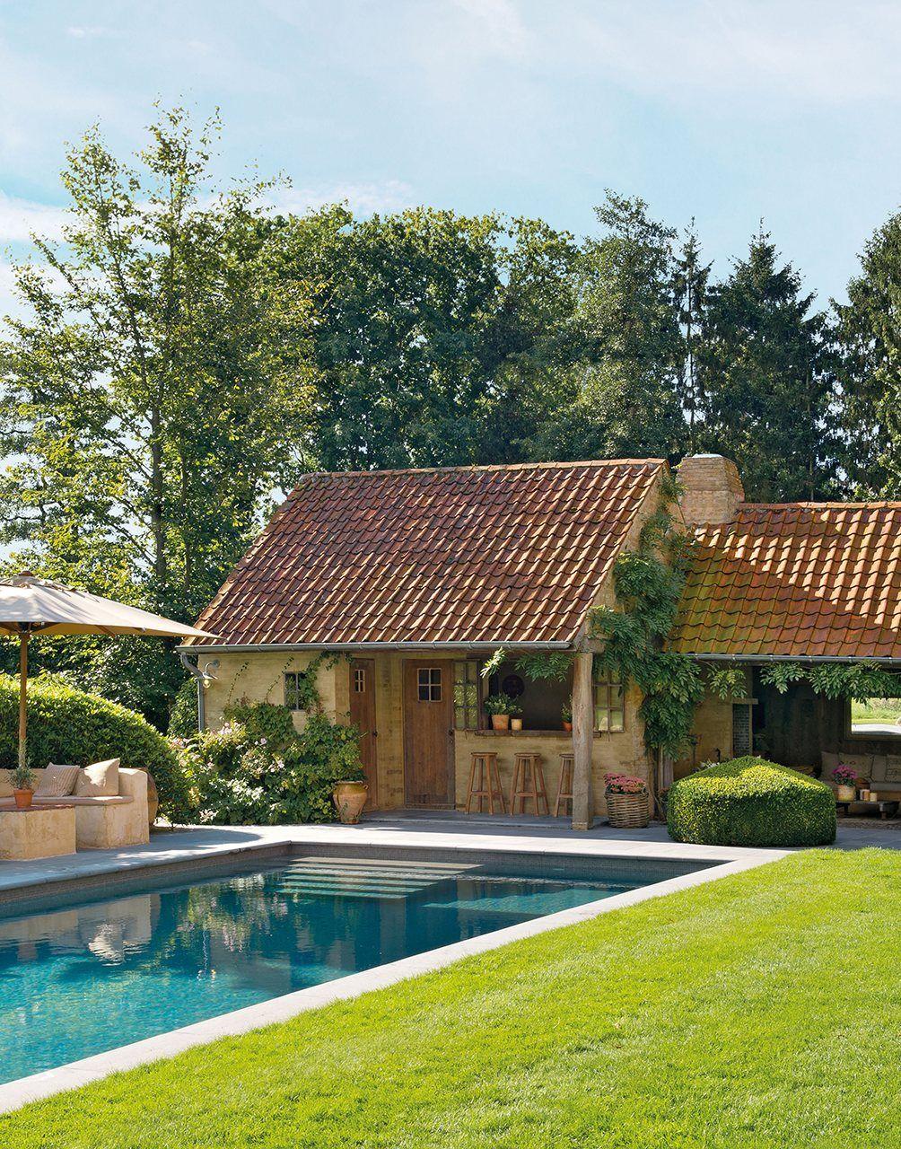 Una casa de campo muy acogedora con un jard n y un porche de ensue o my home pinterest la - Jardines de casas de campo ...