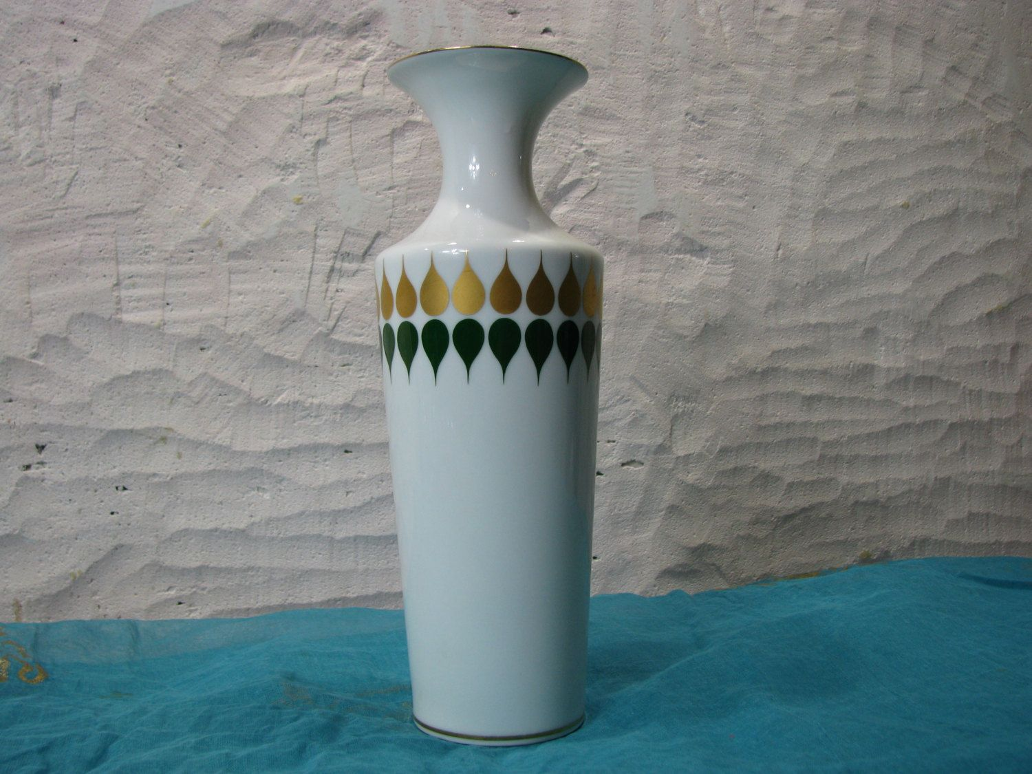 Vintage White Vase – gold green op art décor – German PMR Bavaria Jaeger & Co porcelain – 1960s Mid Century Design – modernist trumpet shape von everglaze auf Etsy