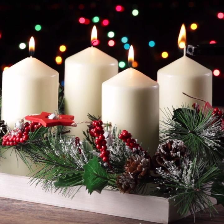 Decora tu mesa navideña con esta idea que es muy fácil de hacer y lo mejor es que hará que tu cena luzca elegante. El toque de rajas de canela le da un aroma muy navideño.