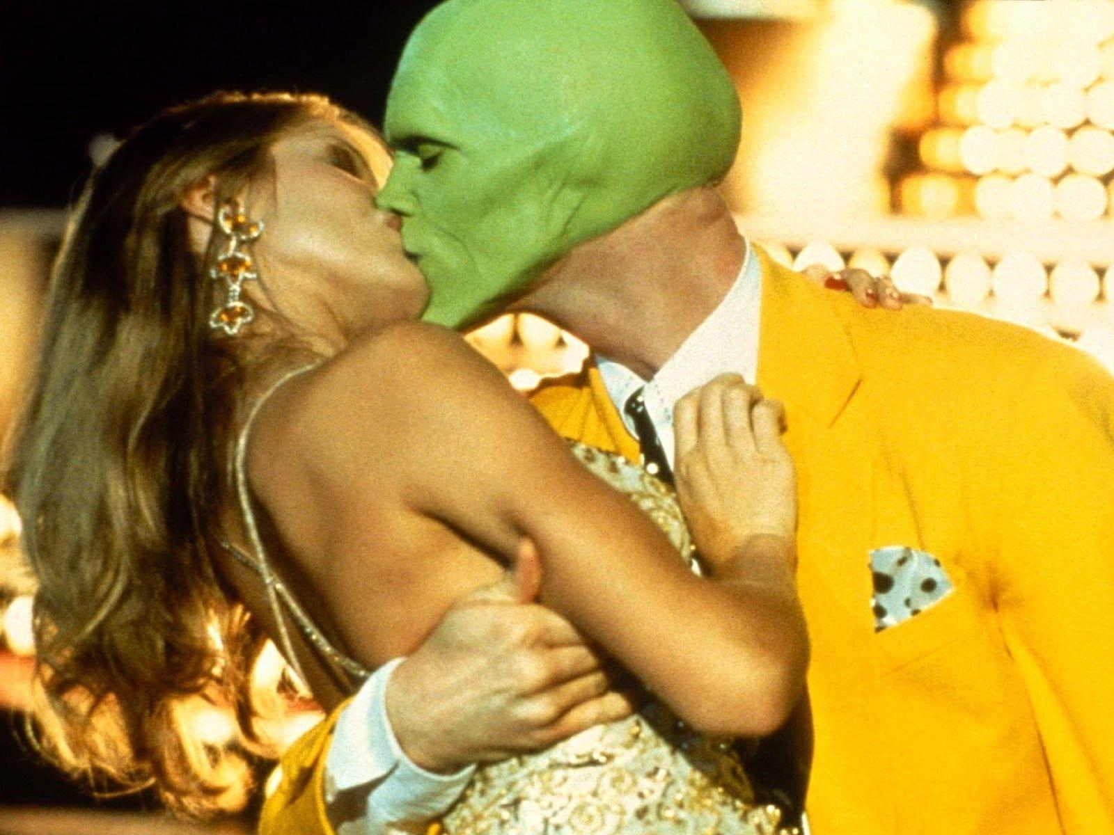 The Mask Movie Still Mask Jim Carrey Cameron Diaz Tina Carlyle Green Yellow Costume Kiss 720p Wallpaper H Movie Kisses Jim Carrey Cameron Diaz The Mask
