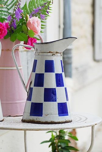 broc émaillé. Interesting checked enamelware pitcher