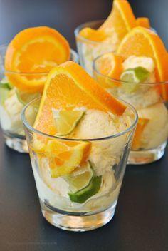 Selbstgemachtes Joghurteis mit Limetten, Orangen und einem Klecks Honig via kuechenzaubereien.blogspot.de/