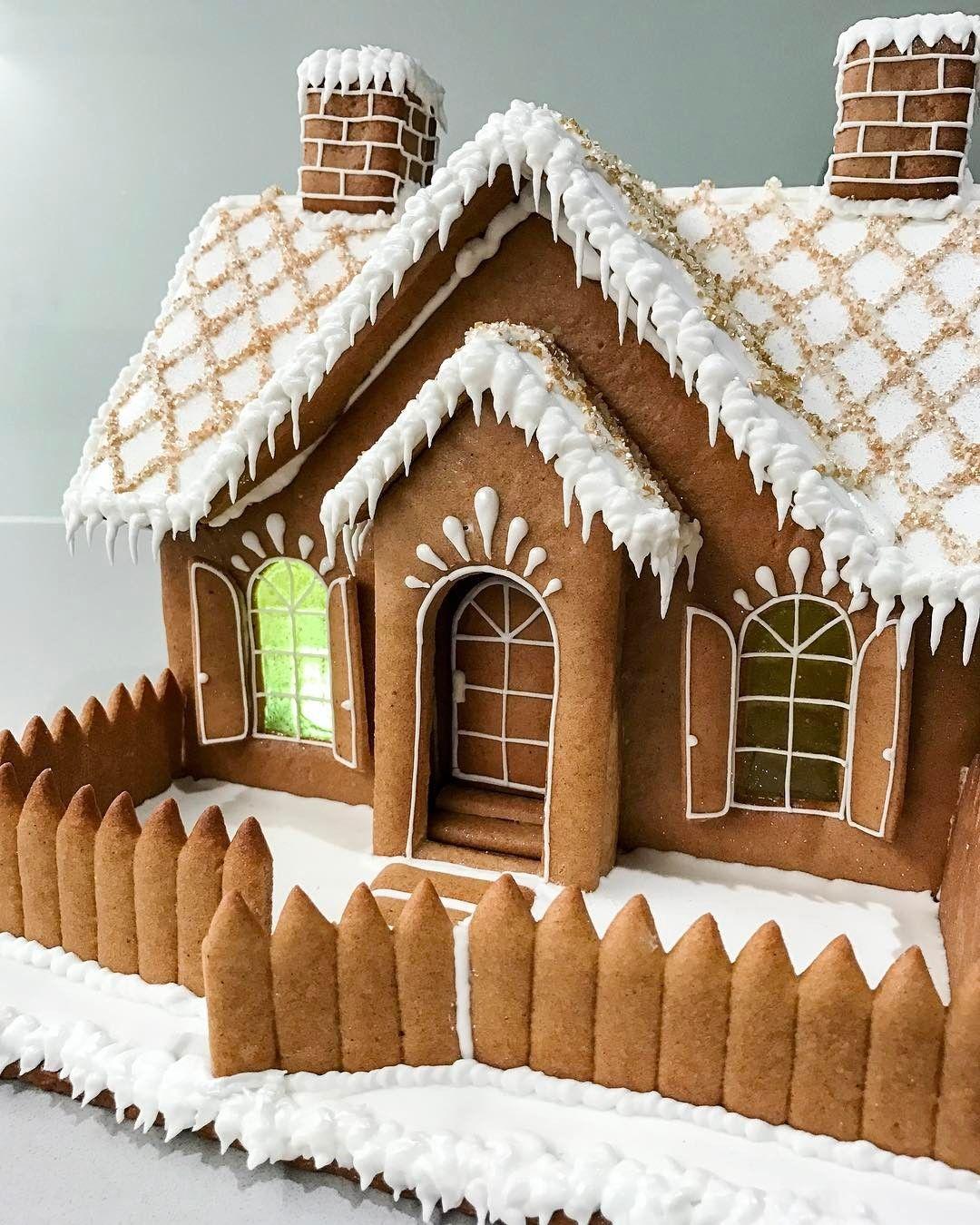 Simple frosting details christmas gingerbread house - Maison en biscuit et bonbons ...