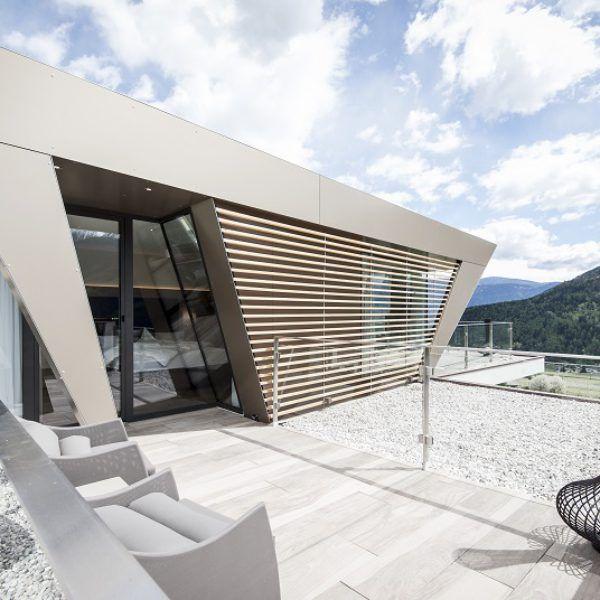 Il vecchio tetto a capanna è stato sostituito con un tetto piano su cui è stata realizzata una struttura nuova, che ospita due suite esclusive