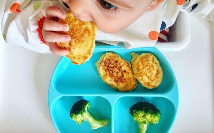 Emma Comiendo Tortitas Con Brócoli Recetas De Comida Para Bebés Comida Para Bebés Recetas De Comida