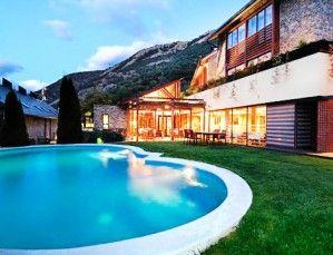 Romanticismo y aventura en Lleida: 1 noche para 2 personas, con desayuno y spa y excursión con raquetas  nieve en el lujoso Hotel Riberies 4*