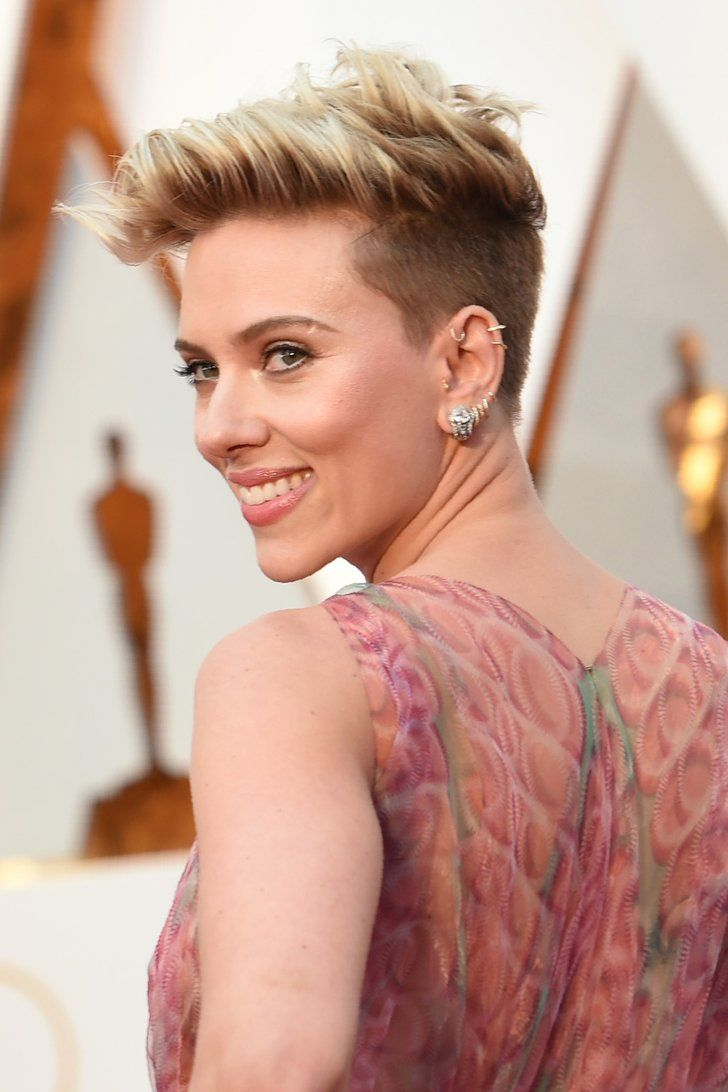 See Scarlett Johansson S Edgy Oscars Hairstyle From Every Stunning Angle Scarlett Johansson Hairstyle Oscar Hairstyles Scarlett Johansson