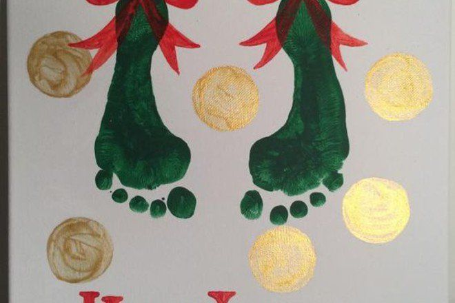 8 finger-painting Christmas crafts for your kids #mistletoesfootprintcraft