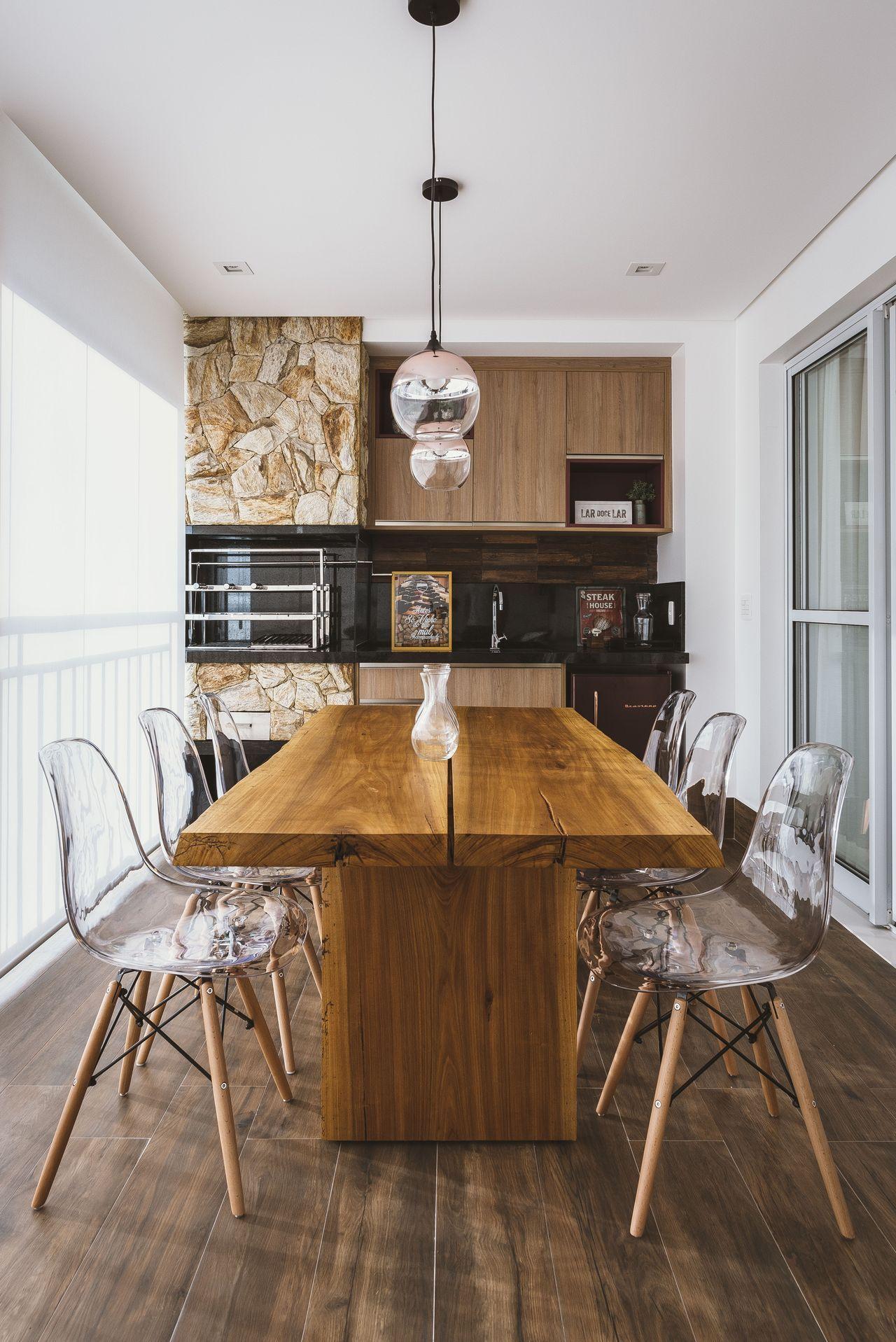 Mesa De Madeira E Cadeiras De Acr Lico De Idealizzare Arquitetos  -> Cadeiras Acrilico Azul Turquesa