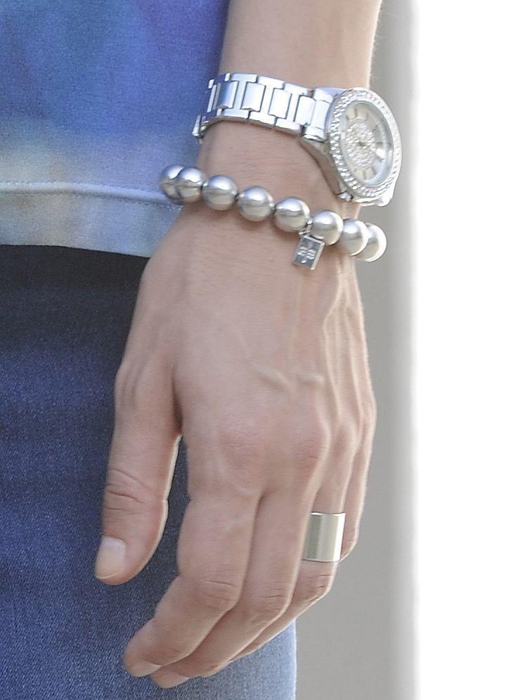Armband aus silberfarbenen Metallkugeln. Elastisch. Länge ca. 18 cm. Nickelfrei Obermaterial: 100% Metall...