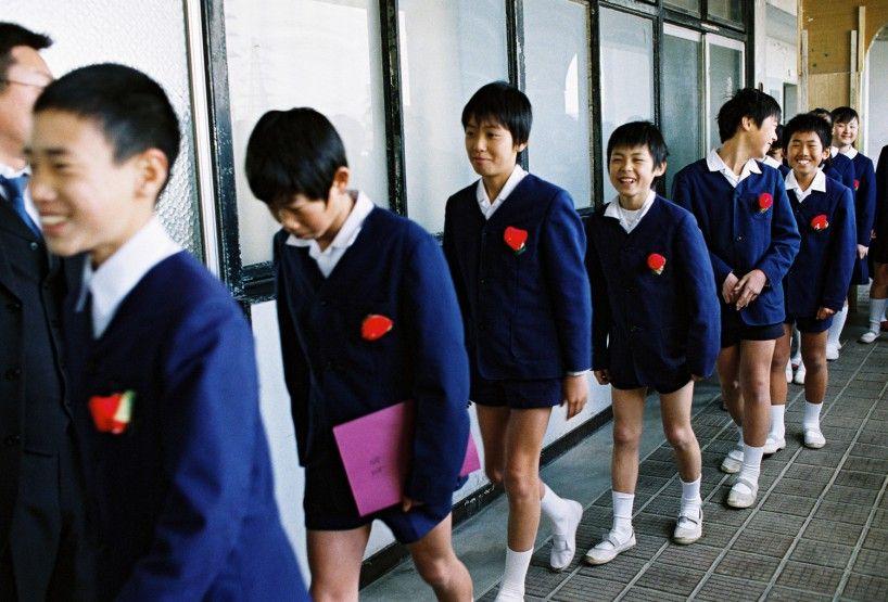 Insook Kim Sweet Hours Aan de hand van de dagelijkse praktijk op een Zainichi-school die wordt geleid door Chongryon, een pro-Noord-Koreaanse pressiegroep, laat Kim zien hoe moeilijk het is om met de vooroordelen van de rest van de wereld om te gaan. Tegen de achtergrond van dit werk spelen haar eigen ervaringen mee, en dan vooral de druk die zij voelde om te moeten kiezen tussen drie landen: Japan, Noord-Korea en Zuid-Korea.
