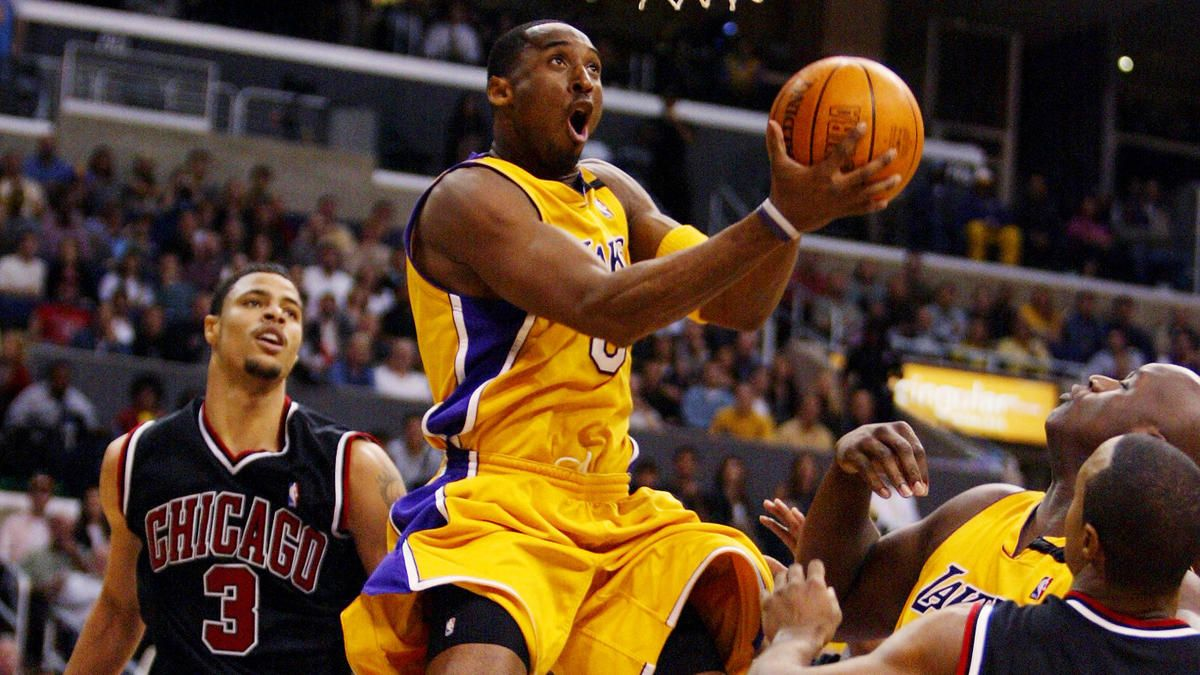 Kobe Bryant Gina Ferazzi Los Angeles Times Lakers Star Kobe Bryant Puts Up A Shot During A Win Over The Chicago Bulls At Sta Kobe Bryant Kobe Kobe Bryant Nba