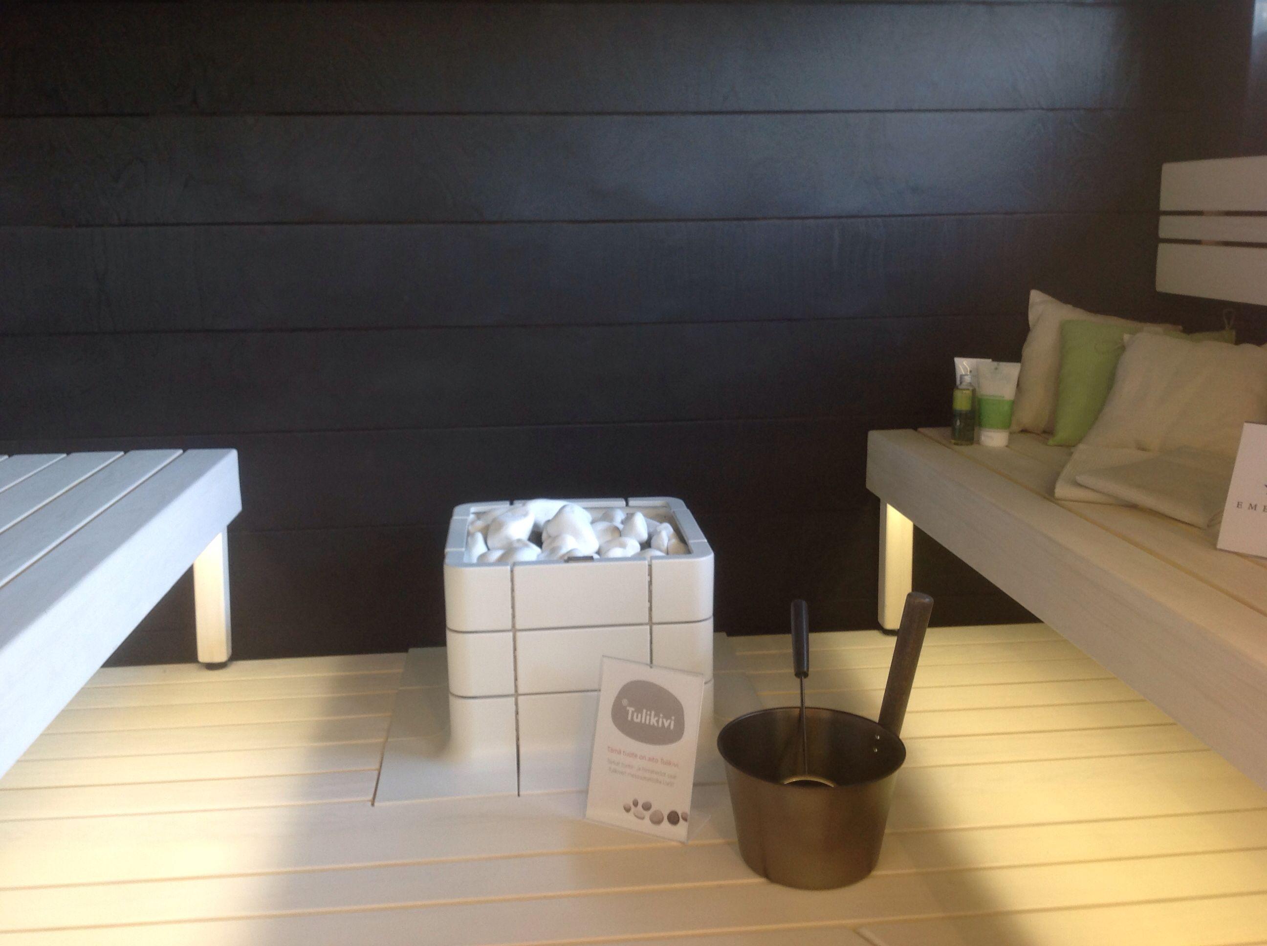 Kaunis ja harmooninen sauna. Hyvää työtä. Mitenköhän nuo lauteet kestävät vaaleina? Monissa saunoissa musta/valko väritys
