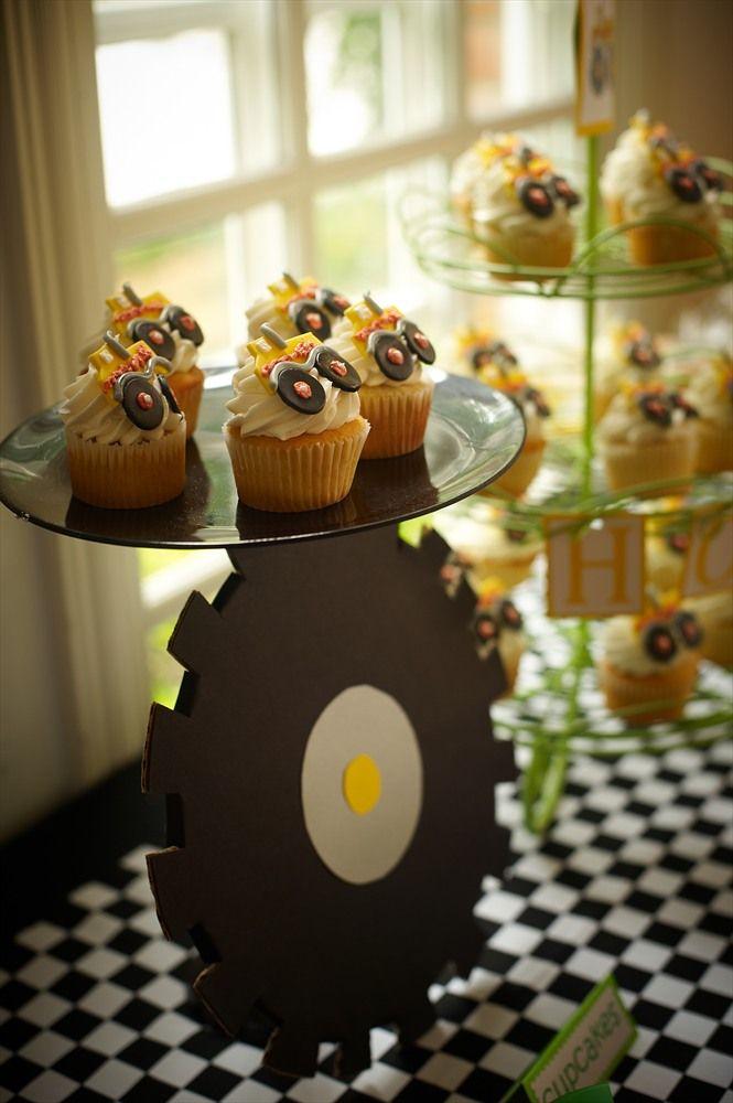 Use Wooden Sawblade Hobby Lobby To Make Cake Stand Cumpleanos Decoracion De Unas