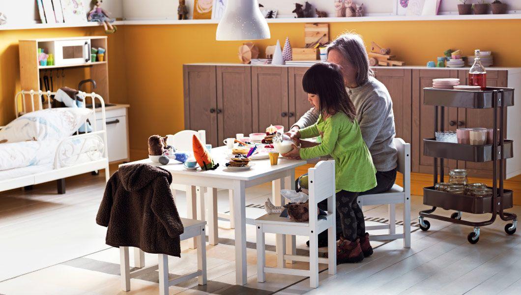 Nový pohľad na stolovanie  Nie je problém umiestniť hostí aj do tejto miestnosti na hranie. Vytvorili sme ju, aby sme vám ukázali, čo sa stane, keď sa detí rozhodnú, kedy, kde a čo sa bude jesť. Môžu to byť palacinky alebo polievka z kuchynského drezu alebo niečo úplne (a prekvapivo) neočakávané.