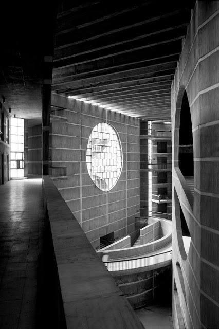 interior de la Asamblea Nacional de Bangladesh (1964-1982) Dhaka | Louis Kahn