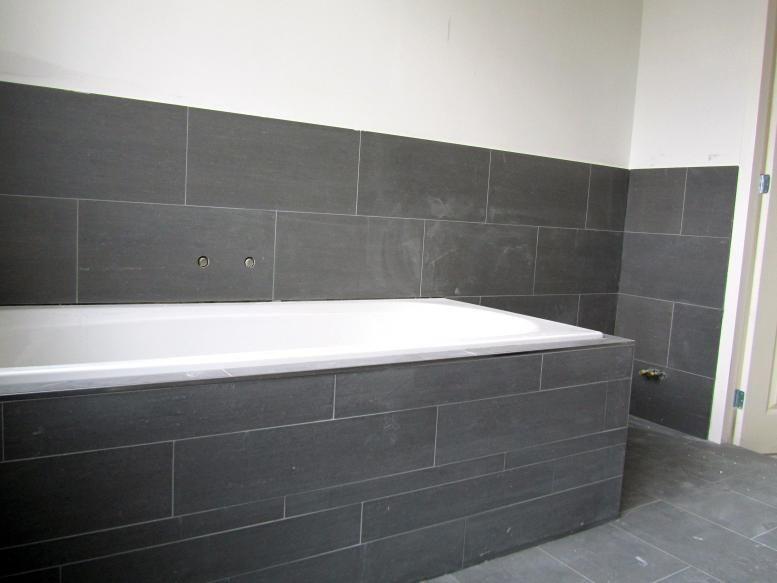 afbeeldingsresultaat voor badkamer donkere tegels