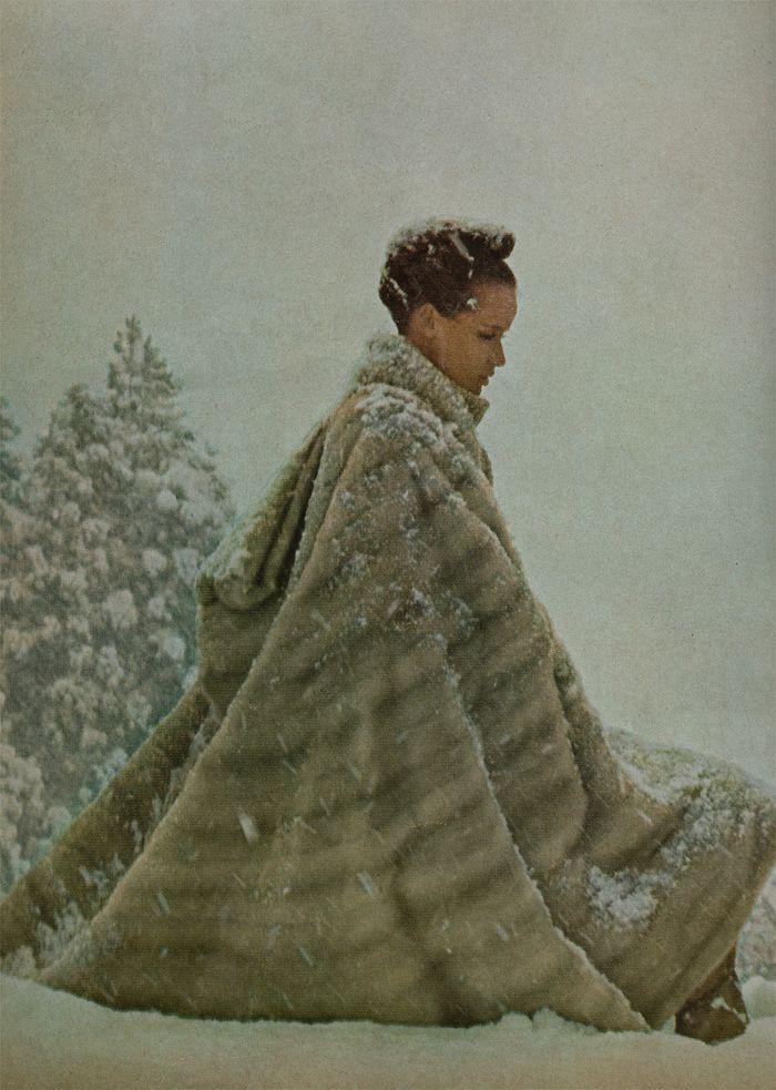"""Siouxvenir: Veruschka como """"Girl in the Fabulous Furs"""" - O grupo, incluindo estilista Polly Mellen, viajou para os Alpes japoneses para filmar uma série extravagante de peles, montanhas místicas e Veruschka, bem-estar Veruschka. Fotos de Richard Avedon 1966"""