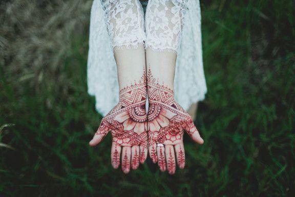Beautiful detail in this bride's wedding henna #bohobride