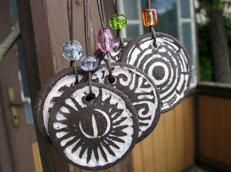 5 Ornamente aus schwarzem Ton zum Aufhängen, als Anhänger oder zum Weiterverabeiten für Schmuck. Angefertigt für die *Aktion Kunstraub Nr 6 MusterH...