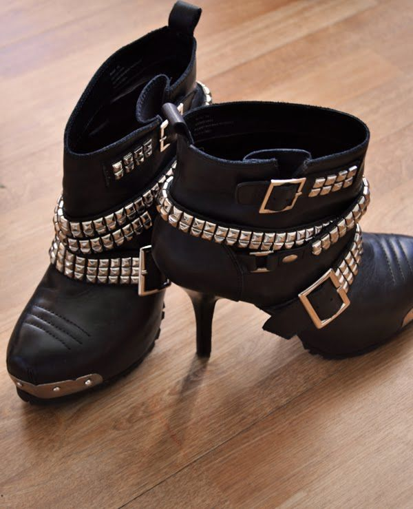 One of my fave booties. Especially with dresses! Haven't worn at all this Winter b/c of the mild temps and sprained ankle. You know I'm hurtin'. Pour La Victoire.