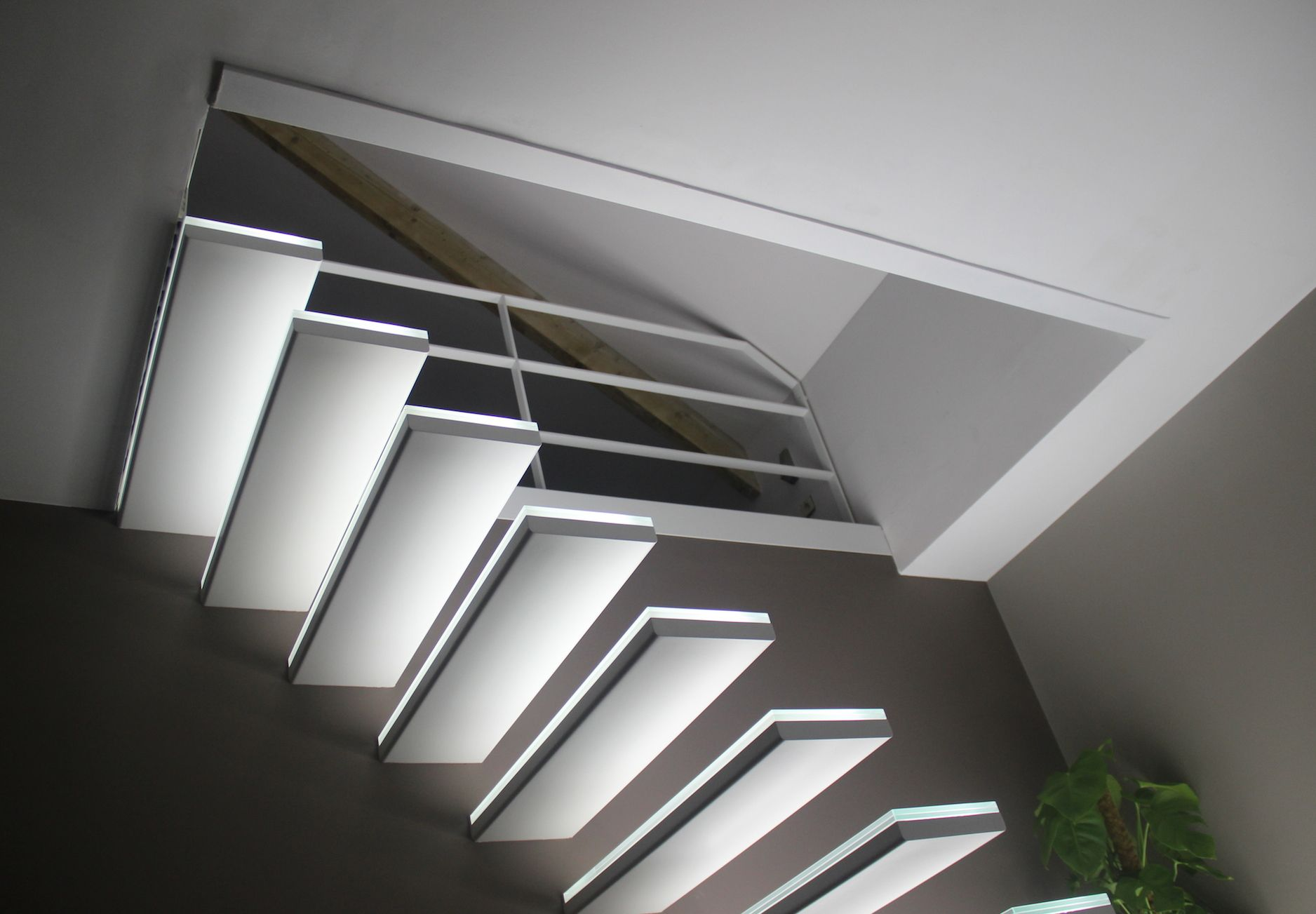 zwevende treden met glas en led-verlichting | stairs | Pinterest ...