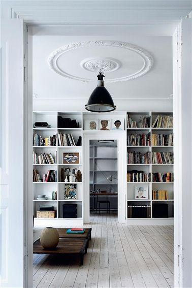 http://wabisabi-style.blogspot.se/2013/09/mix-and-match-in-copenhagen-home.html  Designer Yvonne Koné bor stramt, men feminint i en lejlighed på Vesterbro i København. http://www.elle.dk