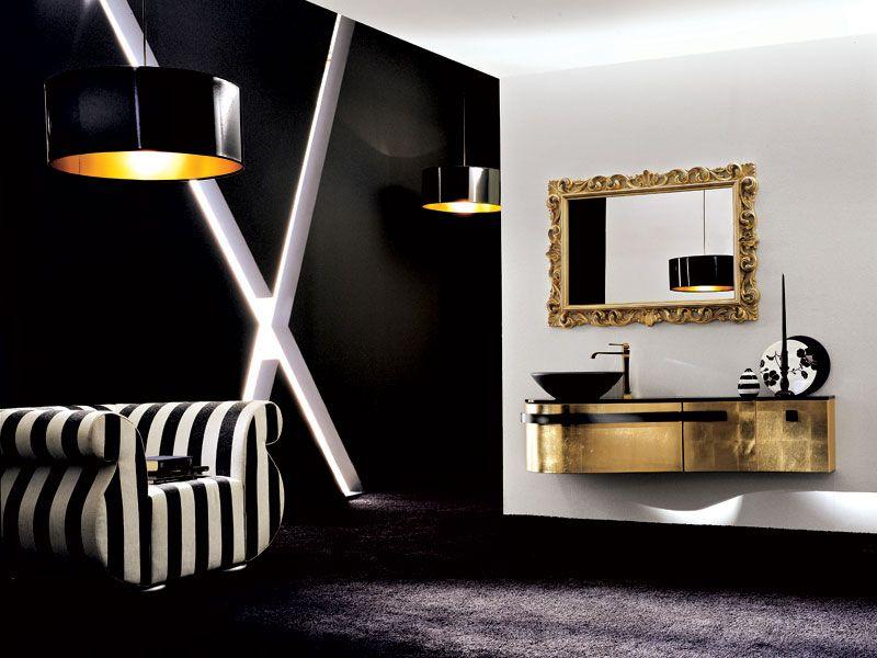 Arany kézmosószekrény és tükör a térben.