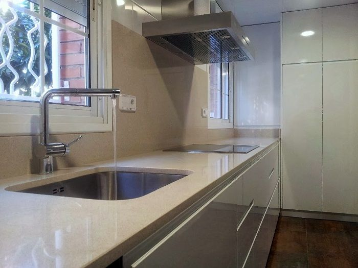 Muebles blancos con silestone blanco city piso nuevo - Encimera silestone blanco ...