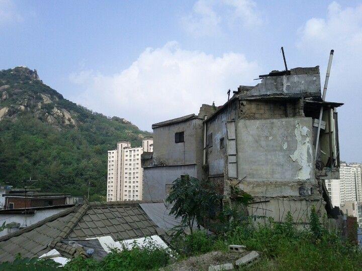2012-09-01, 옛 서대문형무소쪽에서 무악동봉수대 가는 길에 본 폐가
